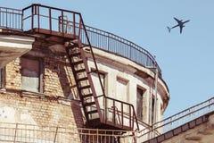 Vliegtuig dat over stad vliegt royalty-vrije stock fotografie