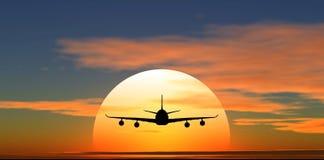 Vliegtuig dat tegen de achtergrond van zonsondergang vliegt Stock Afbeelding