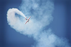 Vliegtuig dat tijdens airshow presteert Stock Afbeelding