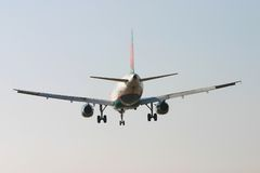Vliegtuig dat van achter 3 landt Royalty-vrije Stock Foto's