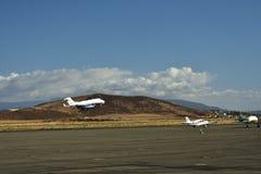 Vliegtuig dat van baan opstijgt Stock Foto