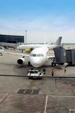 Vliegtuig dat van gang vertrekt Stock Foto's