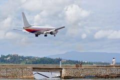 Vliegtuig dat voorbereidingen treft te landen stock fotografie