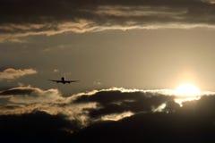 Vliegtuig dat in Zonsondergang vliegt Stock Fotografie