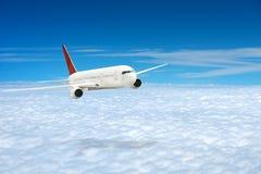 Vliegtuig in de bewolkte hemel Royalty-vrije Stock Foto
