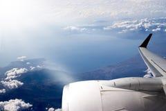 Vliegtuig in de blauwe hemelwolk Stock Foto's