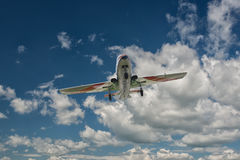 Vliegtuig in de hemel Stock Foto's