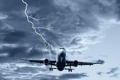 Vliegtuig in de hemel Stock Foto