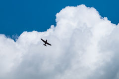 Vliegtuig in de hemel Stock Afbeeldingen