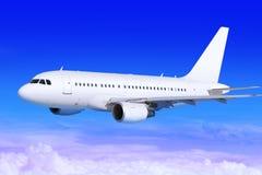 Vliegtuig in de hemel die weg landt Royalty-vrije Stock Foto's
