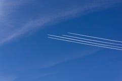 Vliegtuig in de hemel 4 vliegtuigen in dezelfde richting Stock Fotografie