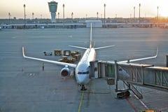 Vliegtuig in de luchthaven Stock Afbeelding