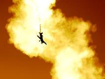 Vliegtuig in de rookwolk II royalty-vrije stock fotografie