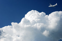 Vliegtuig in de wolken Stock Fotografie