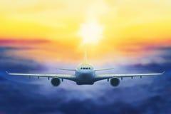 Vliegtuig in de zonsondergang stock foto