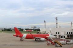 Vliegtuig dichtbij Royalty-vrije Stock Foto