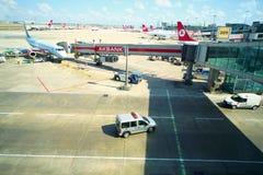 Vliegtuig dichtbij de terminal Royalty-vrije Stock Afbeelding