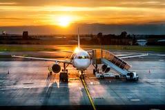 Vliegtuig dichtbij de terminal in een luchthaven Stock Foto's