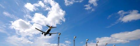 Vliegtuig dichtbij luchthaven Stock Foto
