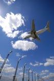 Vliegtuig dichtbij luchthaven Stock Afbeelding