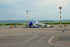 Vliegtuig die aan vlucht, Chisinau, Moldavië, 21 Mei, 2014 voorbereidingen treffen Stock Foto