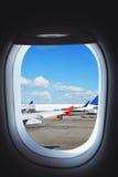Vliegtuig die aan vlucht, mening van vliegtuigenvenster voorbereidingen treffen Royalty-vrije Stock Foto