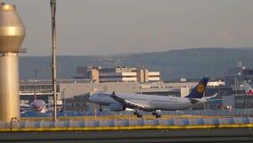 Vliegtuig die alvorens te landen naderbij komen stock video