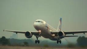 Vliegtuig die baan van start gaan stock video