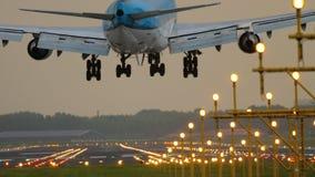 Vliegtuig die bij baan 18R Polderbaan landen stock footage