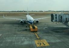 Vliegtuig die bij de internationale luchthaven dokken royalty-vrije stock fotografie
