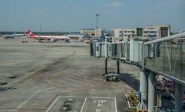 Vliegtuig die bij de luchthaven dokken royalty-vrije stock foto's
