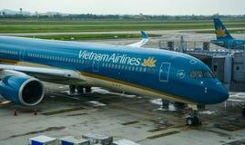Vliegtuig die bij de luchthaven dokken royalty-vrije stock foto