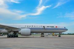 Vliegtuig die bij de luchthaven dokken royalty-vrije stock fotografie