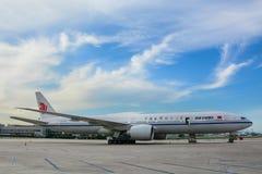 Vliegtuig die bij de luchthaven dokken royalty-vrije stock afbeeldingen