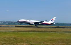 Vliegtuig die bij de luchthaven opstijgen Stock Foto
