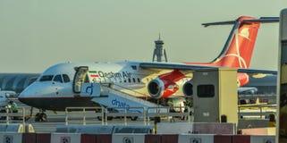 Vliegtuig die bij de Luchthaven van Doubai dokken stock fotografie