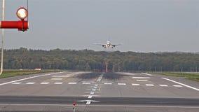 Vliegtuig die bij de Luchthaven van Dusseldorf landen stock video