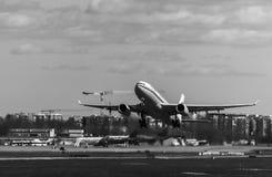 Vliegtuig die bij de luchthaven van start gaan royalty-vrije stock afbeelding