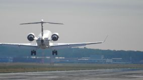 Vliegtuig die bij de vroege ochtend landen stock videobeelden