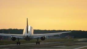 Vliegtuig die bij de vroege ochtend landen stock video