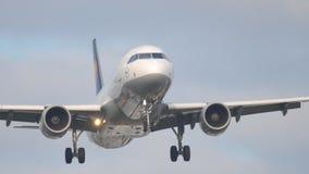 Vliegtuig die bij de vroege ochtend naderbij komen stock video