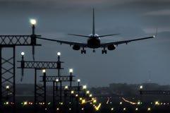 Vliegtuig die bij het vallen van de avond bij een luchthaven in Spanje landen royalty-vrije stock fotografie
