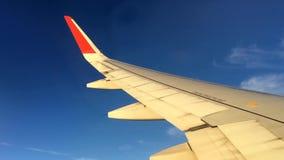 Vliegtuig die bij kruishoogte vliegen stock videobeelden