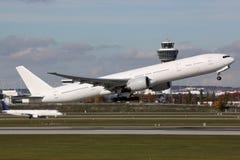 Vliegtuig die bij luchthaven opstijgen stock fotografie