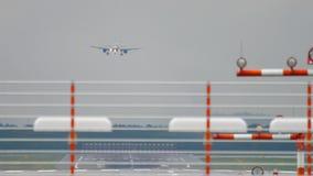 Vliegtuig die bij nat weer landen stock footage