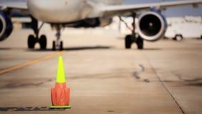 Vliegtuig die bij Poort aankomen stock video