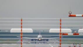 Vliegtuig die bij regenachtig weer landen stock videobeelden