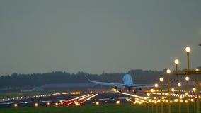 Vliegtuig die bij vroege ochtend landen stock footage
