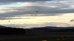Vliegtuig die bij zonsondergang-Zürich-Luchthaven ZRH, Zwitserland vertrekken stock video