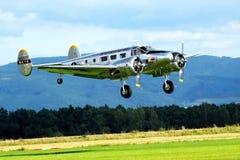 Vliegtuig die binnen komen te landen Stock Fotografie